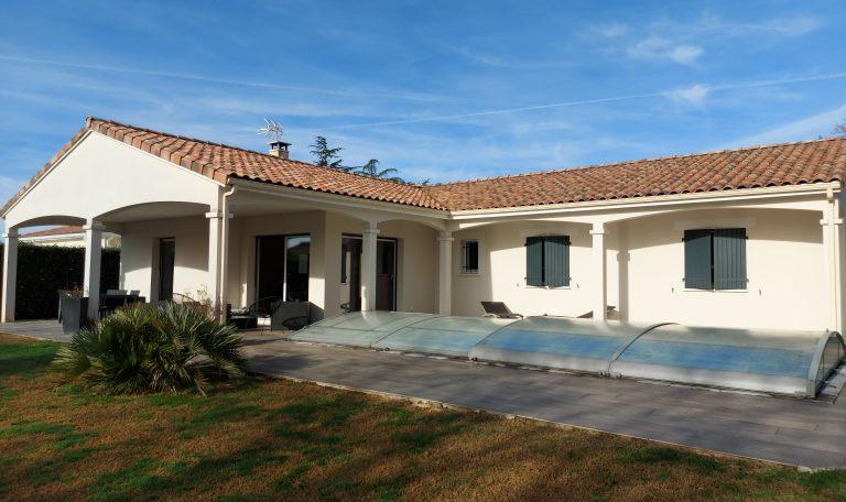 Villa Contemporaine Plain Pied T5 sur Terrain Clos d'environ 1 000 m² avec Piscine.